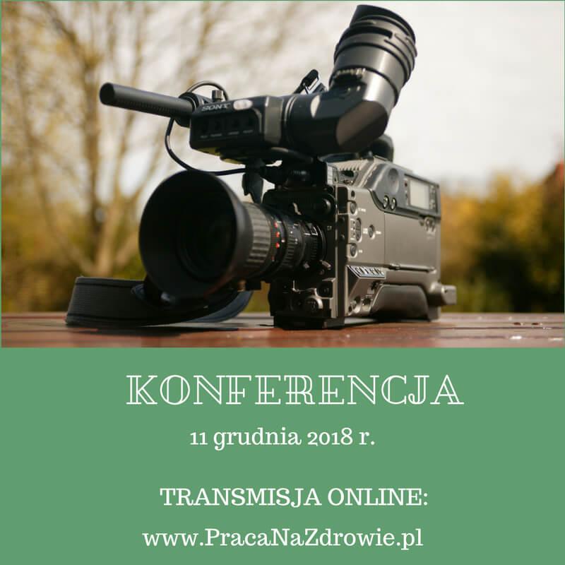 Zdjęcie kamery, wdolnej części grafiki zielone tło zbiałym napisem zinformacją otransmisji zkonferencji.