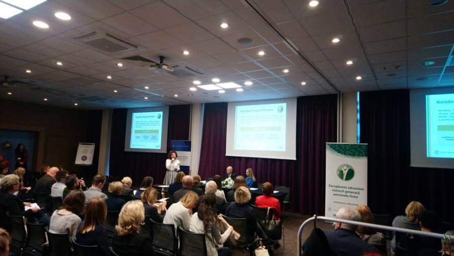 Zdjęcie zkonferencji, widok na mówcę.